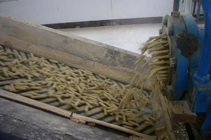 puffed oil materials (rice-bran) by oil material extruder machine